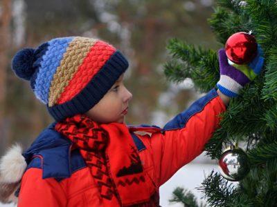 クリスマスツリーとおとこの子